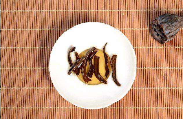 Раскрывшиеся чайные листья после заварки