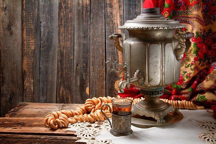 Самовар, стакан с чаем и сушки на столе