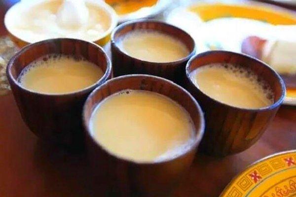 Тибетский чай налитый в чашки