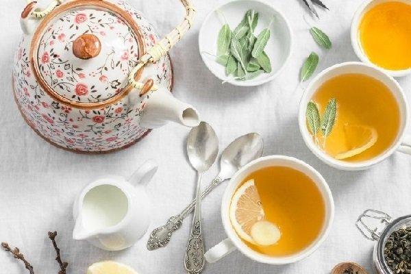 3 чашки с чаем, чайник, лимон, молоко