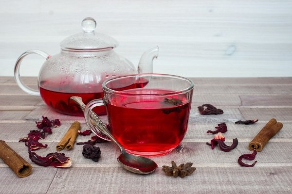 Чай из гибискуса на столе