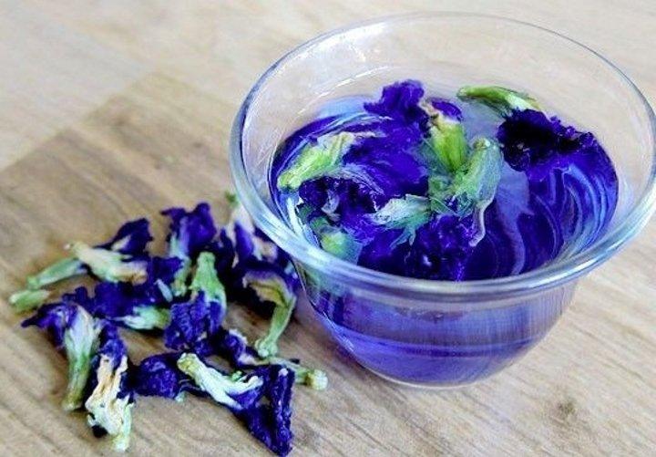 Синий чай в прозрачной пиале