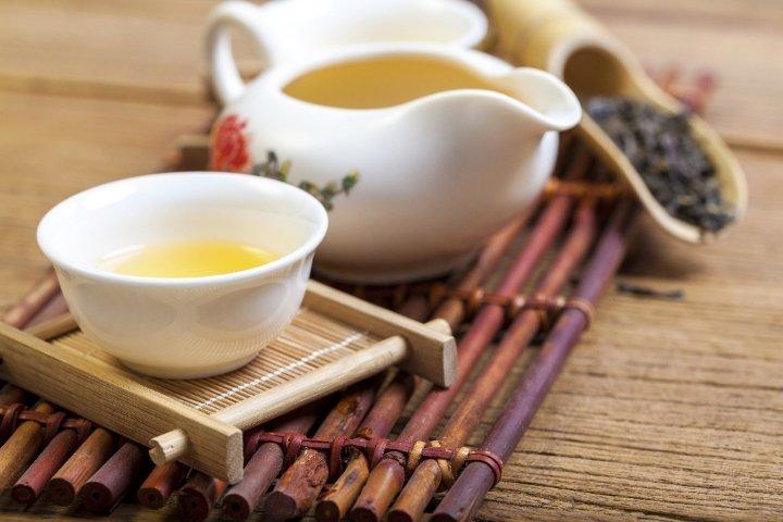 Чахай и пиала с белым чаем