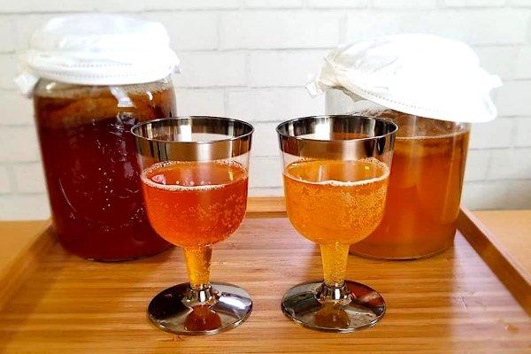 2 бокала с разными видами комбуча