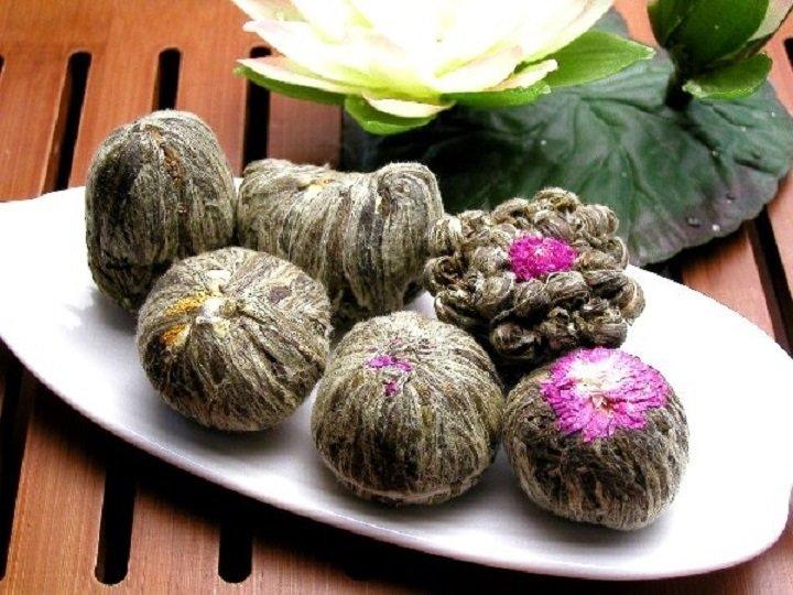 Шарики цветущего чая на тарелке