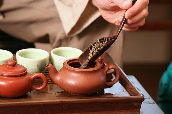 """Поготовка чая """"Беловолосая обезьяна"""" к завариванию"""