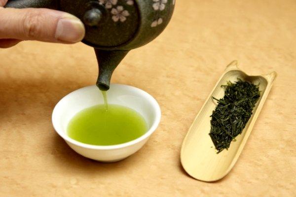 Зеленый чай Гекуро налитый в пиалу
