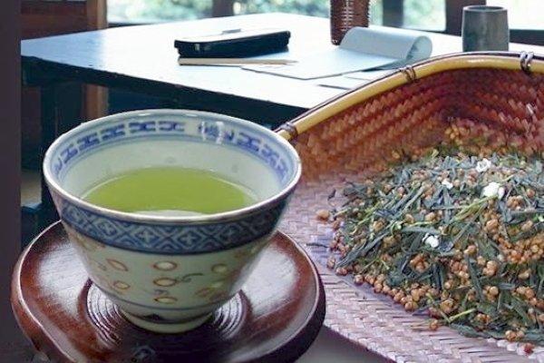 Заваренный рисовый чай налитый в чашку